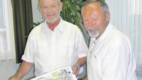 Max Schmid (rechts) erläuterte dem Gemeinderat Ebershausen den Verlauf des Wassernotverbundes mit den Stadtwerken Krumbach. Bürgermeister Herbert Kubicek bedankte sich für die umfangreichen Ausarbeitungen.