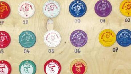Die berühmten Knaxiade-Medaillen seit 1997. Viele Kinder haben eine im Kinderzimmer, die sie fürs Mitmachen bei der Knaxiade im Kindergarten bekommen haben.
