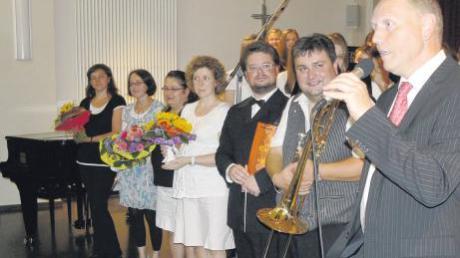 Schulleiter Georg Gerhardt (rechts) bedankt sich bei der Fachschaft Musik für den schönen Abend (von links): Natalie Mai, Johanna Schwarzmann, Marianne Altstetter-Ederle, Stefanie Joas, Mathias Jannetti, Andreas Altstetter.