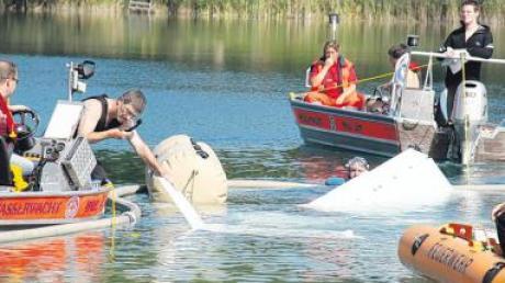 Ein Leichtflugzeug ist am Samstagmittag in einen Badesee bei Sinningen (Kreis Biberach) gestürzt.