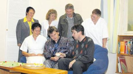 Ob der Joghurt wirklich für zwei reicht? Die Breitenthaler Theaterspieler (von links, hinten) Monika Kober, Jutta Blösch, Roland Marz, Bärbel Strobel sowie Margit Schmid, Franz Keller und Markus Lecheler (vorne), sind skeptisch.