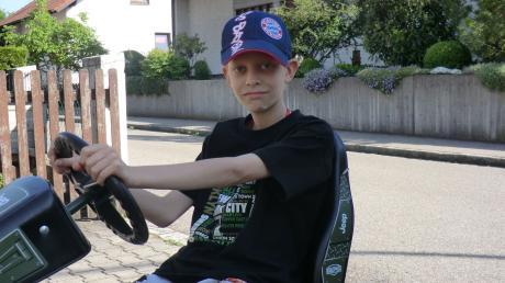 Nico Vogel aus Neuburg befindet sich nach einer Gehirntumorerkrankung auf dem Weg der Besserung. Der Gokart konnte aus Spendenmitteln finanziert werden.