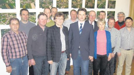 Kämmerer Matthias Kiermasz (mit Krawatte) inmitten der anwesenden Gemeinderatsmitglieder bei der Sitzung des Gemeinderats. Die Wählergruppierungen im Kammeltal haben sich einhellig für den Kämmerer der Gemeinde als Bürgermeisterkandidaten ausgesprochen.