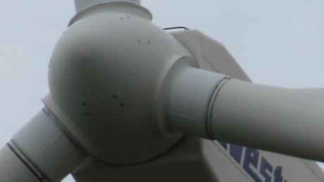 Windräder sind in der Region noch selten. Unser Bild zeigt das Windrad bei Weinried/Unterallgäu.