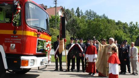 Pfarrer Karl Fritz segnete das gebrauchte Löschgruppenfahrzeug LF 16/12 im Beisein zahlreicher Ehrengäste.