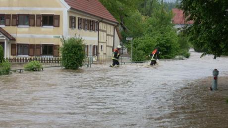 Eine Flutwelle setzte innerhalb von wenigen Minuten Ober- und Unterwiesenbach im Jahr 2013 unter Wasser. Schuld war ein verklauster Dammdurchlass des Schwarzbachs einige Kilometer von Oberwiesenbach entfernt.