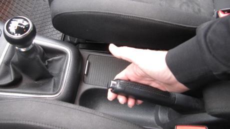 Das Anziehen der Handbremse vergessen: Das kann üble Folgen haben (Symbolbild).