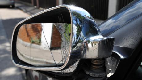 Für einen kaputten Außenspiegel ist ein unbekannter Autofahrer nach einem kleinen Zusammenstoß am Donnerstag in Obergriesbach verantwortlich.