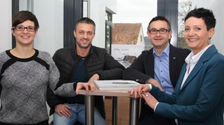 Michael Bornschlegl, Geschäftsführer der Bornschlegl Firmengruppe, setzt mit Andreas Reiter (2. von rechts) und Evi Niesporek (rechts) künftig verstärkt auf die Vermittlung von Immobilien. Neu im Team bei Bornschlegl ist auch die Marina Wiblishauser, die Architektur studiert hat.