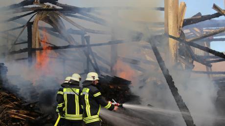 Mitten in Breitenbrunn isteine landwirtschaftliche Lager- und Maschinehalle in Flammen aufgegangen.