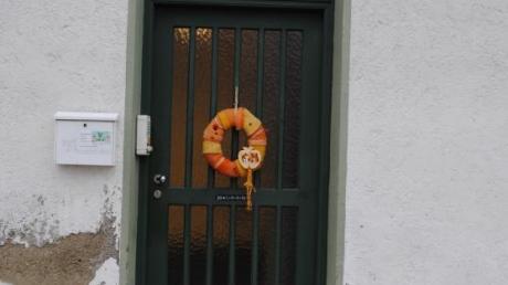 Nach der Renovierung des Friedhofs ist nun der Kindergarten in Ebershausen dran. Der Putz an der Gebäudefassade bröckelt.