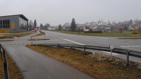 Die Kreuzung der B 300 und der Kreisstraße 13 am Ortsanfang/-ende nördlich von Ebershausen.