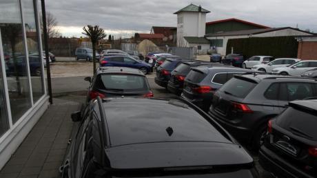 Dieser Autohandel will seinen Standort in Egenhofen aufgeben. Der Inhaber und weitere Anlieger beklagen Probleme durch einen Nachbarbetrieb, für den das Landratsamt seit Monaten keinen Baugenehmigungsbescheid erlassen habe.