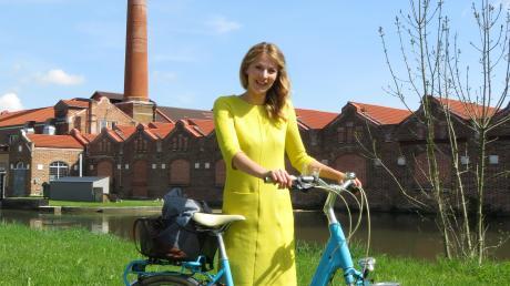 """Immer wieder mit ihrem Fahrrad unterwegs: Die neue Quartiersmanagerin Birgit Baumann. Hier im Bereich des Kammeltalradwegs nördlich der Lichtensteinstraße, wo sie für den 16. Juli das Projekt """"Spielstraße"""" plant."""