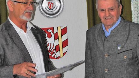 """Ebershausens Bürgermeister Herbert Kubicek (links) dankt Heinrich Sauter für seine 50 Jahre """"Mitarbeit zum Wohle der Gemeinschaft""""."""