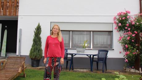 Auch Birgit Kleinhans aus Markt Wald und ihr Mann litten unter einem permanenten Brummton, der ihnen nachts den Schlaf raubte. Deshalb ließen die beiden ihr Haus mit einer speziellen Farbe streichen und ergriffen weitere Maßnahmen, um die Strahlung abblitzen zu lassen.