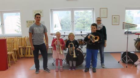 Musiklehrer Martin Kneer mit den Schülern der ersten Gruppe des Instrumentenkarussells und Eliane Übelhör von der Musikschule EMG.