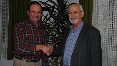 Ebershausens Bürgermeister Herbert Kubicek (rechts) dankt Hermann Albrecht für 25 Jahre ehrenamtliche Tätigkeit im Rechnungsprüfungsausschuss.