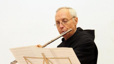 Abt Notker Wolf sprach im Krumbacher Pfarrheim St. Michael - und er spielte auch auf der Querflöte.