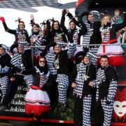 """Als Harlekin verkleidet sind die Mitglieder des Balzhauser Karnevalclubs """"Ballustika"""" in diesem Jahr  unterwegs."""