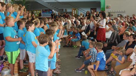 Groß gefeiert wurde das zehnjährige Jubiläum der Christoph-Rodt-Grundschule Neuburg. Der Schulchor mit seinen Liedern sorgte für eine prächtige Stimmung in der Aula der Schule.