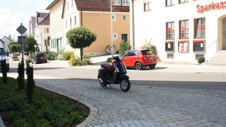 Unerlaubtes Parken auf dem Gehweg vor dem Haus Benno gegenüber der Sparkasse in Neuburg soll künftig nicht mehr möglich sein. Auf Höhe des Rollers sollen drei Poller angebracht werden.