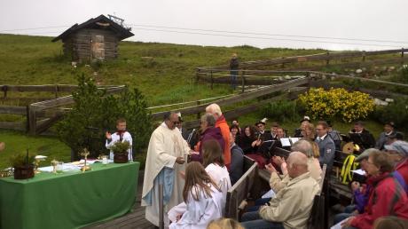 Pater Georg bedankt sich bei Hildegard und Horst Baumgärtner für die langjährige Organisation der Bergmesse. <b>Foto: Ferdinand Bisle</b>