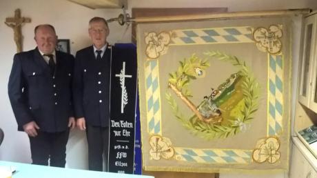 Unser Bild zeigt den 1. Vorstand des Krieger-, Soldaten- und Kameradschaftsvereins (KSK) Ellzee Willibald Kempfle (zweiter von links) zusammen mit Kassierer und Schriftführer Manfred Rittler neben der neu restaurierten Fahne des KSK, die fast 100 Jahre alt ist.