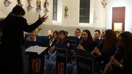 Der Musikverein Ebershausen unter der Leitung von Ingrid Mörz beim Adventskonzert