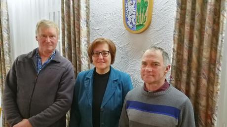 Anton Fent (rechts) wurde als neuer Feldgeschworener für den Flurbereich Unterwiesenbach von Bürgermeisterin Thanopoulos vereidigt. Johann Schmid (links) trat aus gesundheitlichen Gründen zurück. Er übte diese Tätigkeit 13 Jahre lang aus. Die Bürgermeisterin dankte für die geleistete Arbeit.