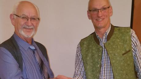 Bürgermeisterstellvertreter Anton Atterer (rechts) dankte Gemeindechef Herbert Kubicek.