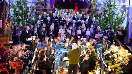 Mit aufwendiger Technik in fantastische Lichtstimmungen getaucht boten der katholische Kirchenchor Neuburg und der Musikverein Neuburg ein feines Weihnachtskonzert in der Pfarrkirche Mariä Himmelfahrt.