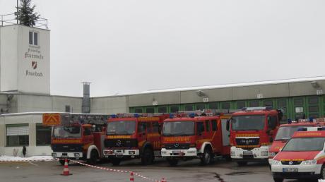 Fahrzeuge der Krumbacher Feuerwehr auf dem Platz vor dem Feuerwehrhaus.