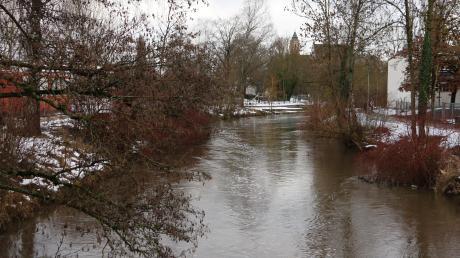 Der Kammel sieht man in Krumbach den höheren Wasserpegel deutlich an. Überschwemmungsgefahr droht jedoch noch nicht.