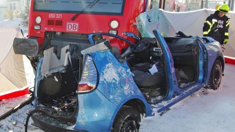 Am Bahnübergang bei Hirschfelden ist ein Zug mit einem Auto zusammengestoßen. Der Wagen wurde rund 40 Meter weit über die Strecke mitgeschleift. Der Fahrer des Autos erlitt dabei tödliche Verletzungen.