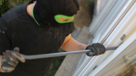 In Neuburg wurde eingebrochen. Der Täter hebelte eine Türe zum Kellerabgang auf.