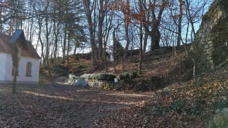 Die Lourdesgrotte in Breitenthal soll verschönert werden. Gemäß einer Skizze ist unter anderem auf der Ostseite eine Eingrenzung mit Granitsteinen vorgesehen. Unser Bild zeigt den jetzigen Zustand der Anlage mit der Kapelle St. Urban, dem Kreuz und der Lourdesgrotte.