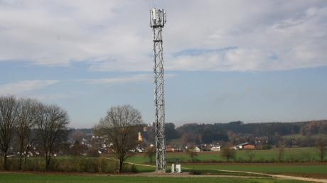 Dominant steht seit Wochen der neue Mobilfunksendemast auf Langenhaslacher Flur zwischen Neuburg und Edelstetten. Allerdings ist er noch nicht in Betrieb. Die Deutsche Telekom hüllt sich in Schweigen.