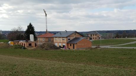 """Eine rege Bautätigkeit ist im neuen Baugebiet """"Grasiger Weg"""" in Nattenhausen zu verzeichnen. Mehrere Wohnhäuser sind fast fertig oder noch im Rohbau und fünf Baugrundstücke stehen noch zur Verfügung, wurde in der Bürgerversammlung bekannt."""
