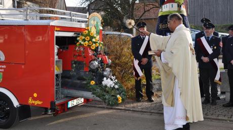 """Die Freiwillige Feuerwehr Hairenbuch wurde im vergangenen Jahr mit einer neuen Tragkraftspritze """"Bachert TS 8"""" ausgestattet. Unser Bild entstand bei der Weihe durch den Ortsseelsorger, Pater Alex."""