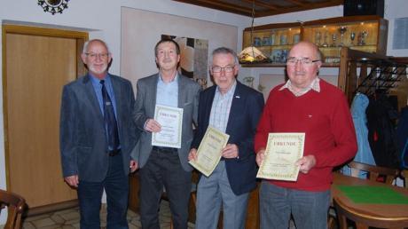 Bei der Ehrung: (von links) Vorsitzender Herbert Kubicek, Ehrenmitglied Günther Rindle, Fritz Birkner und Karl Bihlmaier.