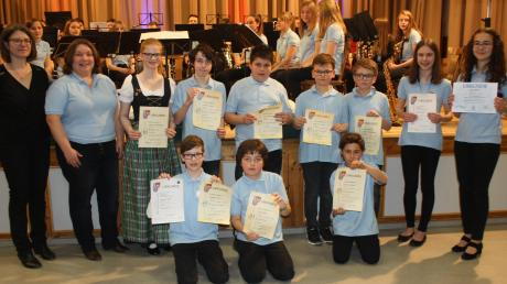 Nachwuchsmusiker der Jugendkapelle erhielten im Beisein der Dirigentin Margarita Zeman (links) und Vorsitzende Stefanie Miller (2. von links) Auszeichnungen für das Ablegen diverser Prüfungen.