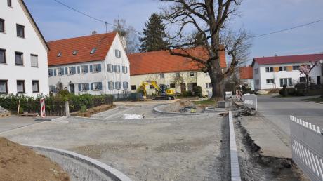 Die Bauarbeiten zur Dorferneuerung gehen zügig voran, wie hier am Blasiusplatz in Oberwiesenbach. Der Ausbau der Hauptstraße in Unterwiesenbach führte jedoch zu regen Diskussionen bei der Bürgerversammlung.