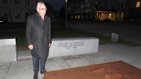 Theo Waigel am Denkmal für die ermordeten Menschen mit Behinderung und die Gefallenen im Ursberger Klosterhof.