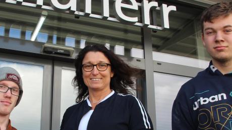 Sie haben den Sprung auf den Arbeitsmarkt geschafft: von links Felix Fischer-Meyer mit Chefin Andrea Landherr und Alexander Vöst.