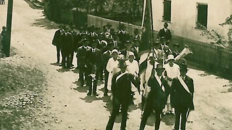 Der Krieger- und Soldatenverein Ellzee um 1920 mit Fahnenträgern und Festjungfrauen auf der heutigen Stoffenrieder Straße.