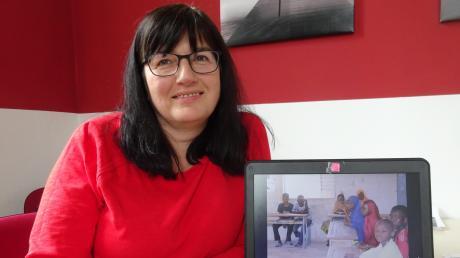 """Sylvia Mayer ist die ehrenamtliche Geschäftsführerin des Vereins """"Niger-Partnerschaft Ursberg e.V."""". Auf dem Monitor ist die Blindenschule in Zinder zu sehen, die vom Verein unterstützt wird."""