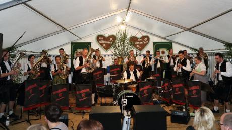 Die Schwäbischen 12 eröffneten den Abend Blasmusik³ beim 11. Brunnenfest in Waltenhausen.
