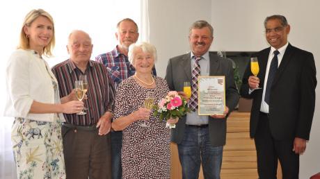 Auf unserem Bild lassen (von links) die stellvertretende Landrätin Monika Wiesmüller-Schwab, Franziskas Ehemann Leonhard, Sohn Alois Rampp, Bürgermeister Karl Weiß und Pater Alex die Jubilarin (Bildmitte) hochleben.