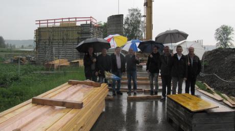 Gut beschirmt machten sich die Mitglieder des Münsterhauser Bauausschusses vor Ort ein Bild vom Bau der Brücke über die Hagenrieder Straße.